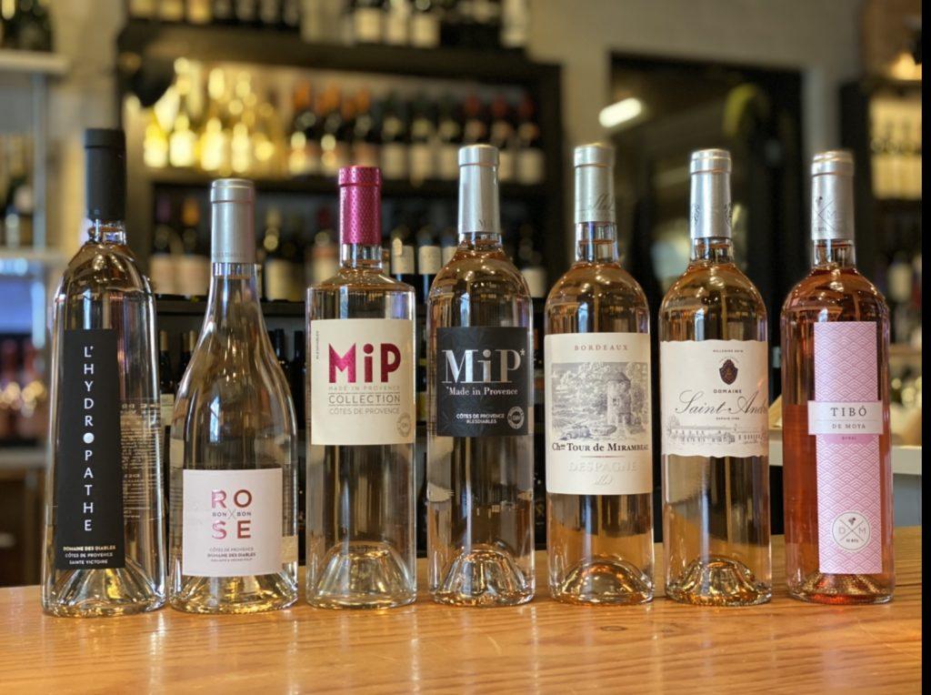 zeven verschillende flessen rosé wijnen